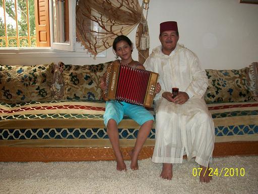 Moi et ma fille Zineb qui s'essaye à l'accordéon