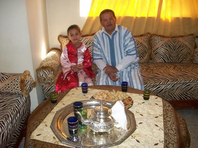Moi et Doha ma cadette on prend  un verre de thé